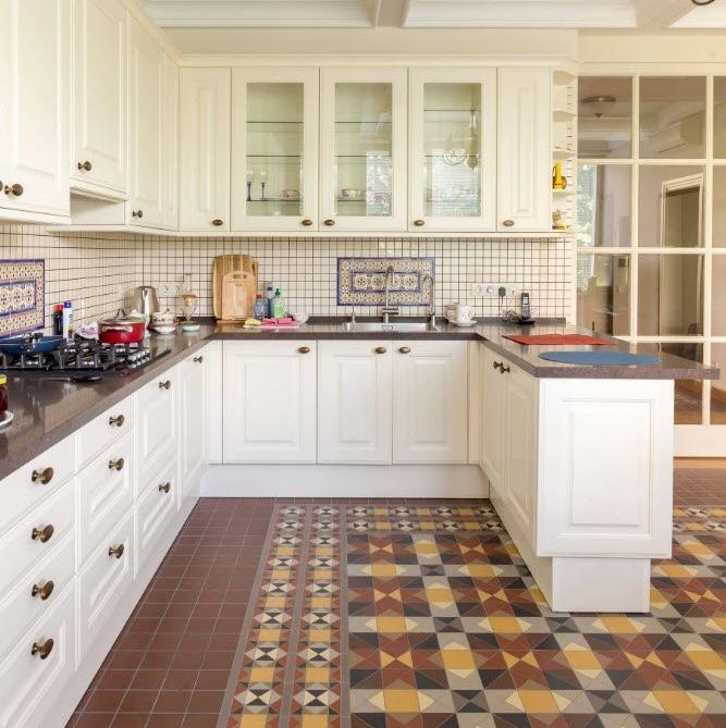 Угловая кухня светлая